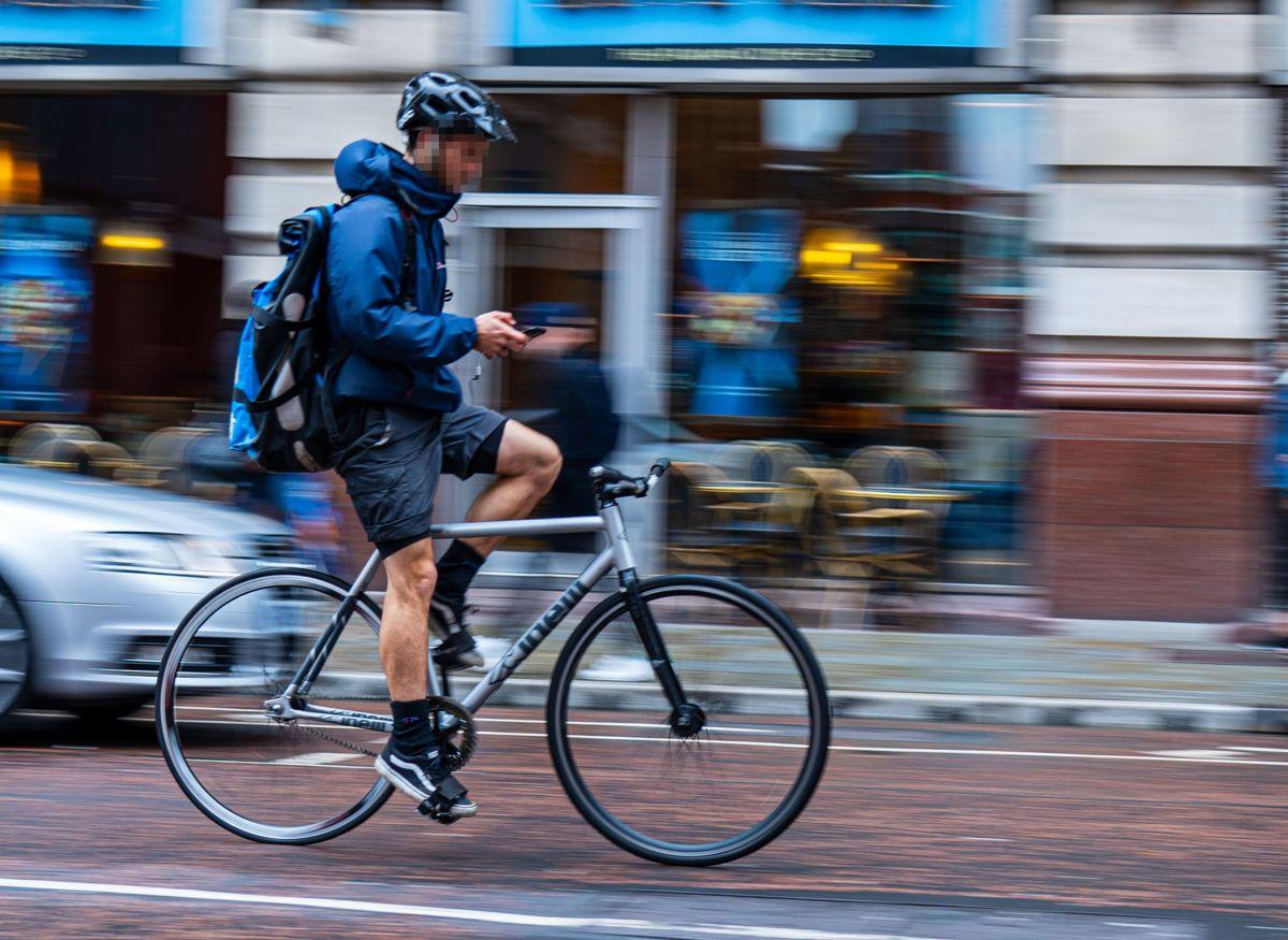 En ud af tre danskere er ikke klar over, det er ulovligt at bruge mobilen, mens man cykler.