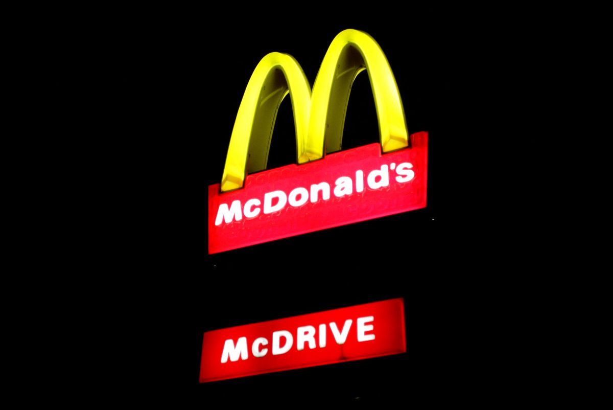 En 42-årig mand er død i en bizar ulykke. Han blev mast ihjel i en McDrive, da han skulle købe morgenmad.
