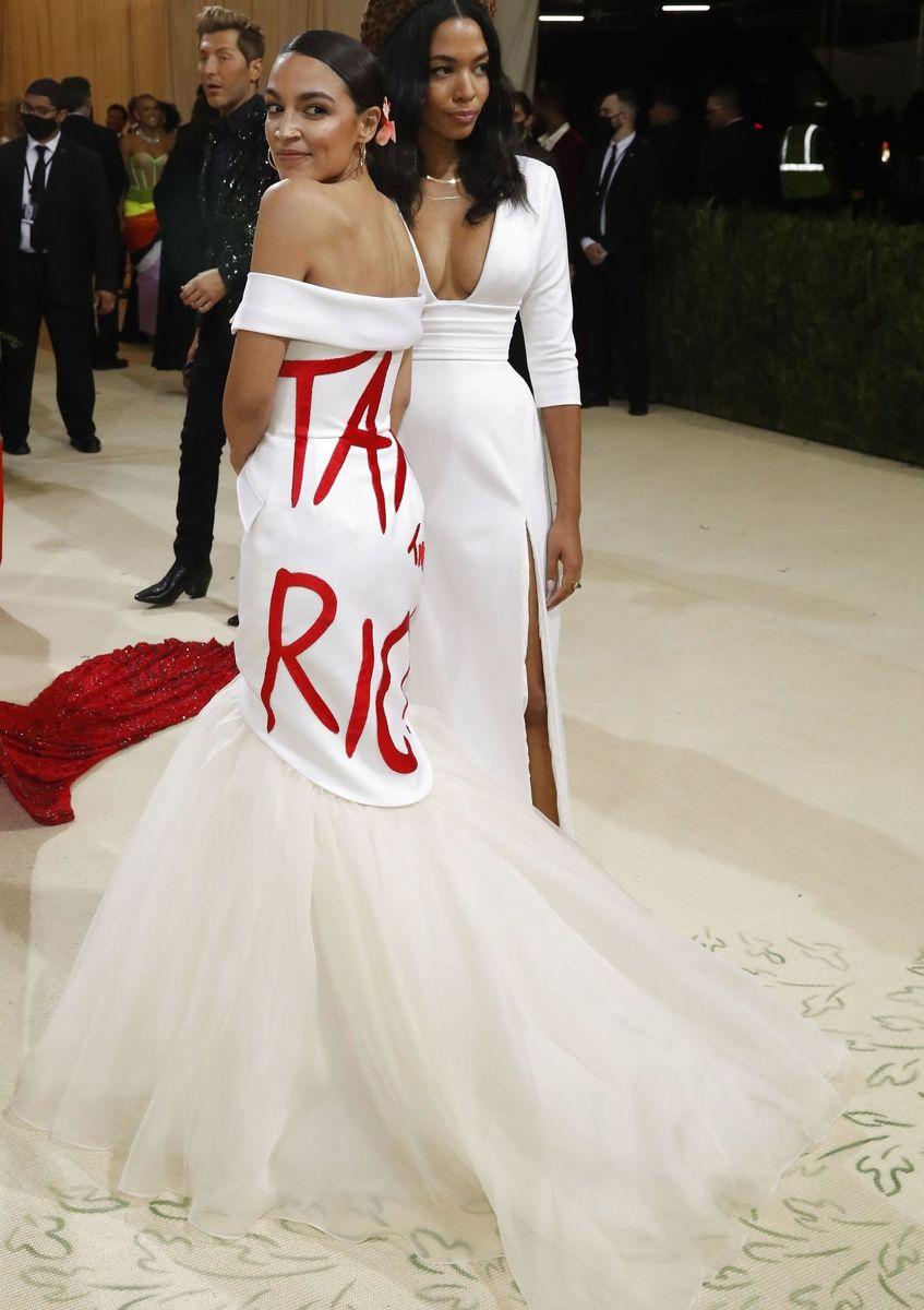 Den demokratiske politiker Alexandria Ocasio-Cortez kom i et politisk budskb. Beskat de rige, står der på hendes kjole.