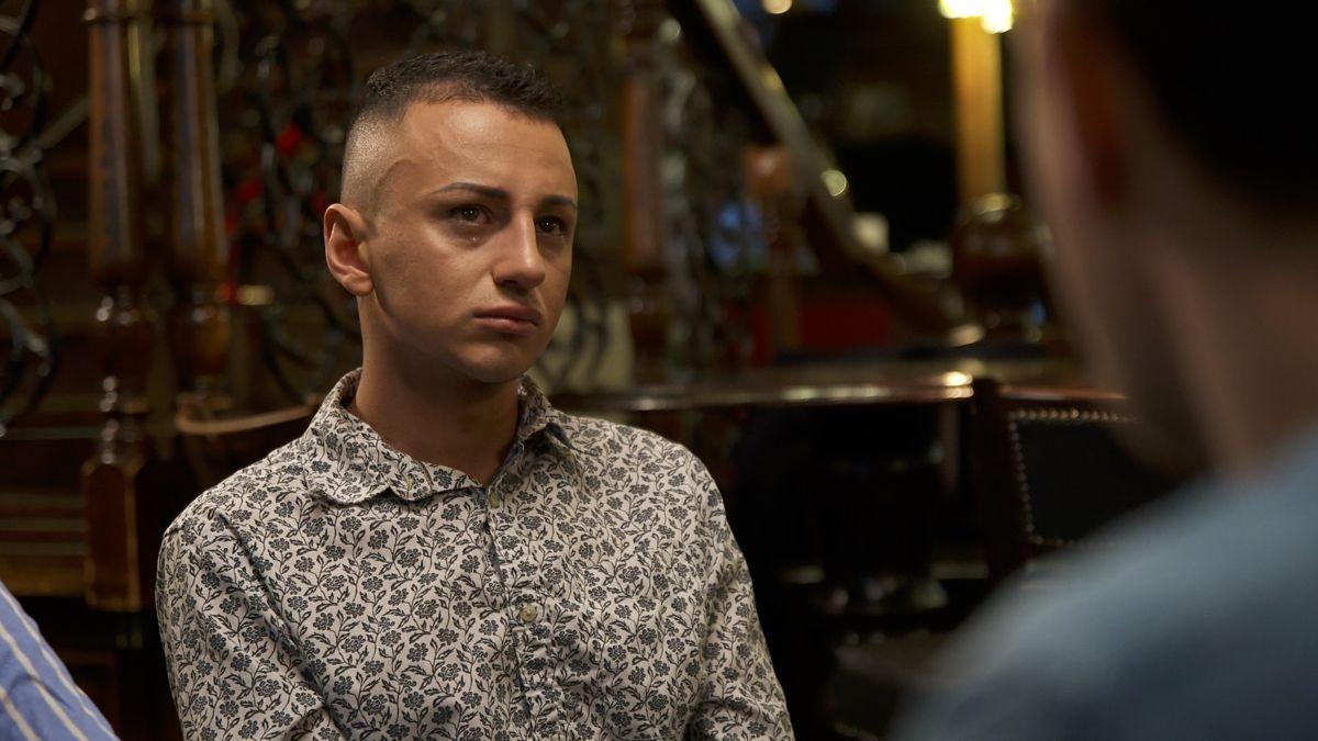 Da Luksusfælden spørger ind til, at Salim havde kræft som barn, fælder han tårer.