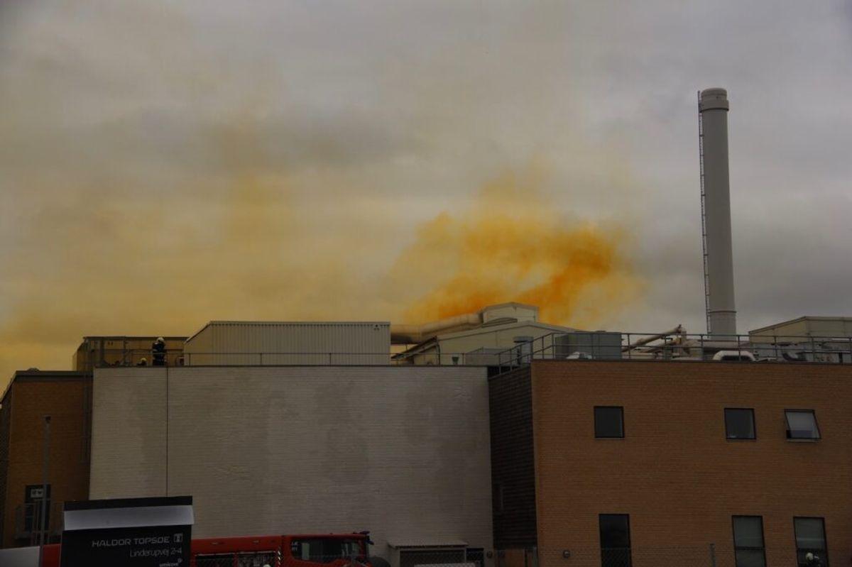 Der steg gul røg op fra fabrikken, der der gik ild i en tabletmaskine.