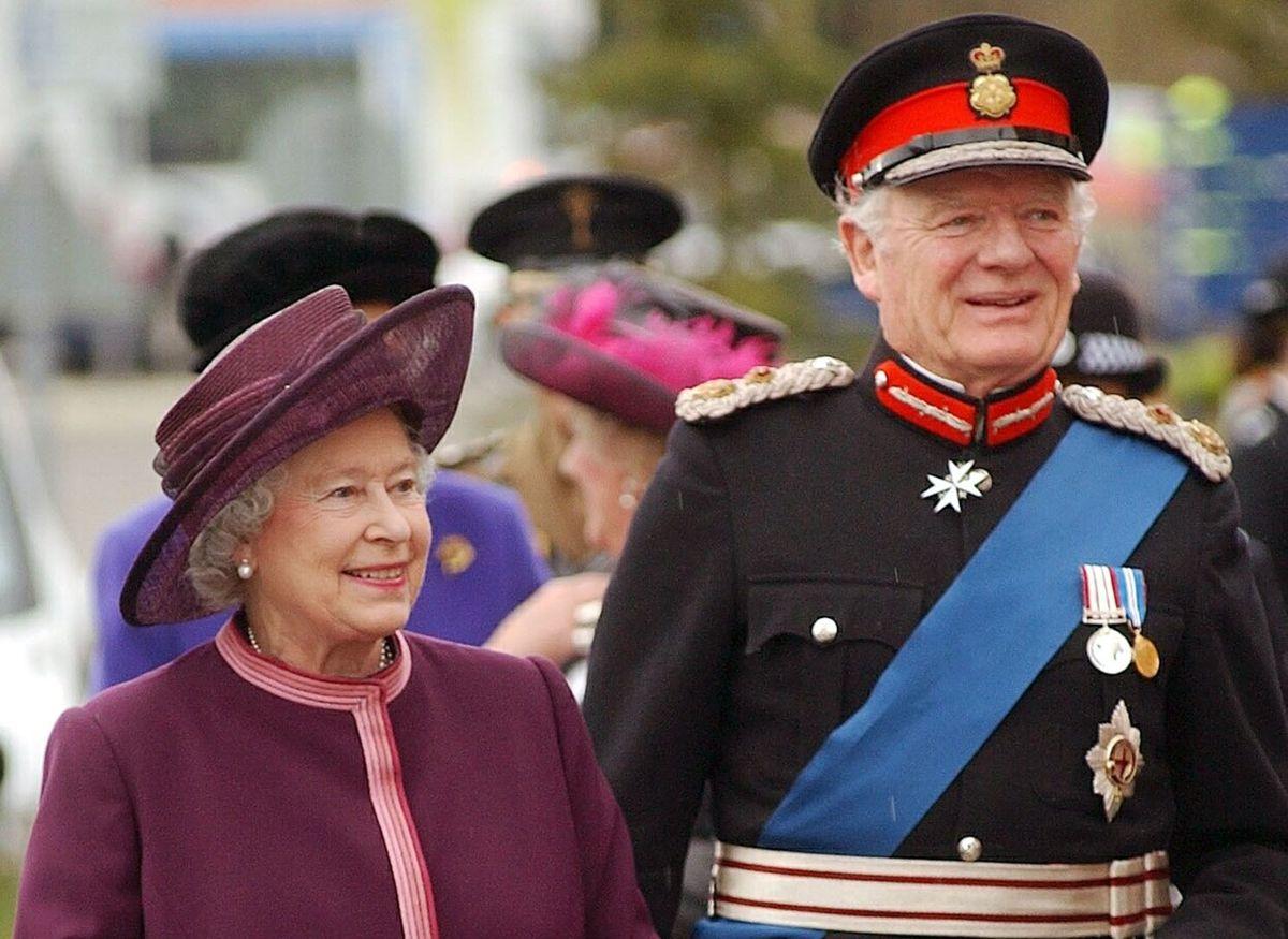 Dronning Elizabeth ses her sammen med nu afdøde Sir Timothy Colman.