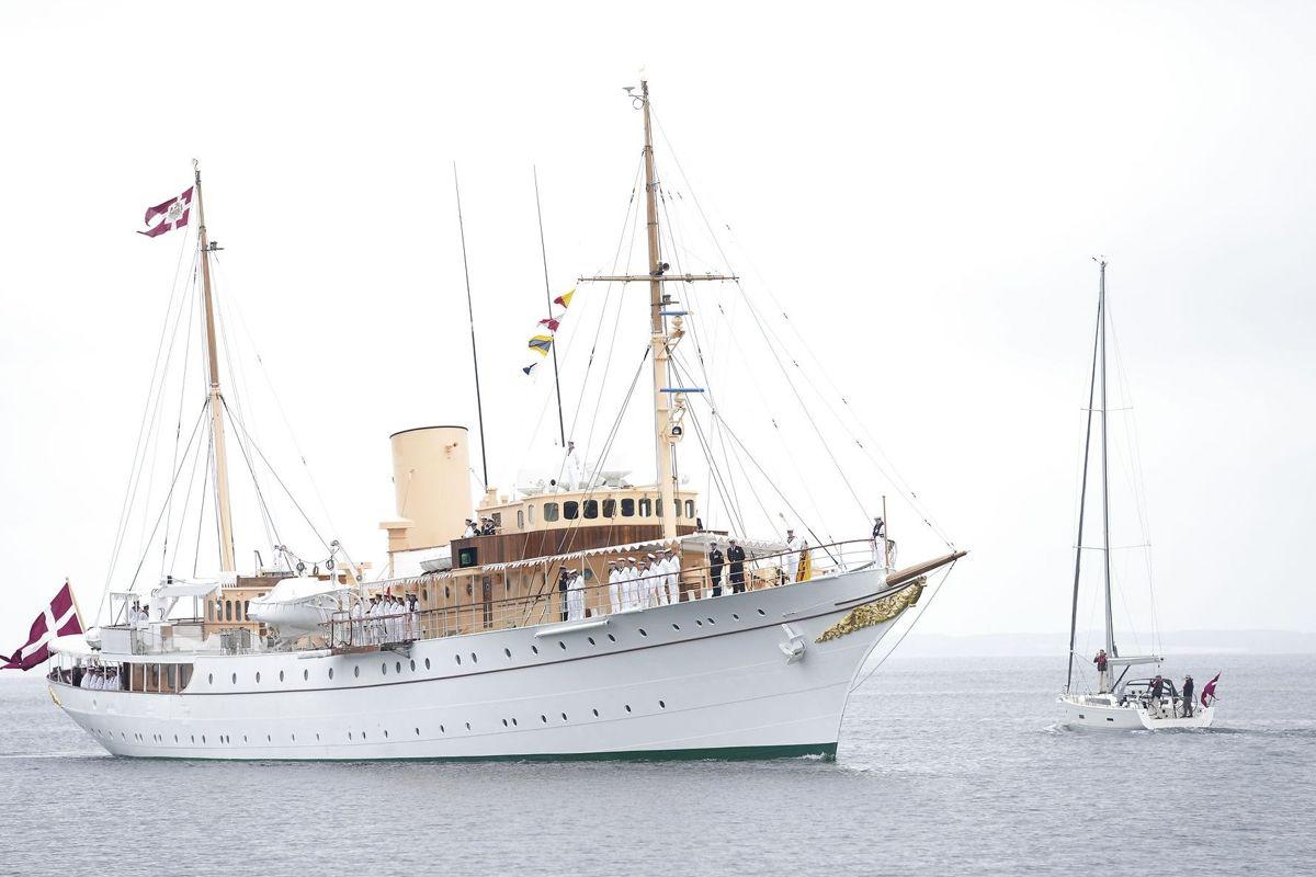 Dronningen ankommer her ombord på Kongeskibet Dannebrog til Sønderborg den 23. juni.