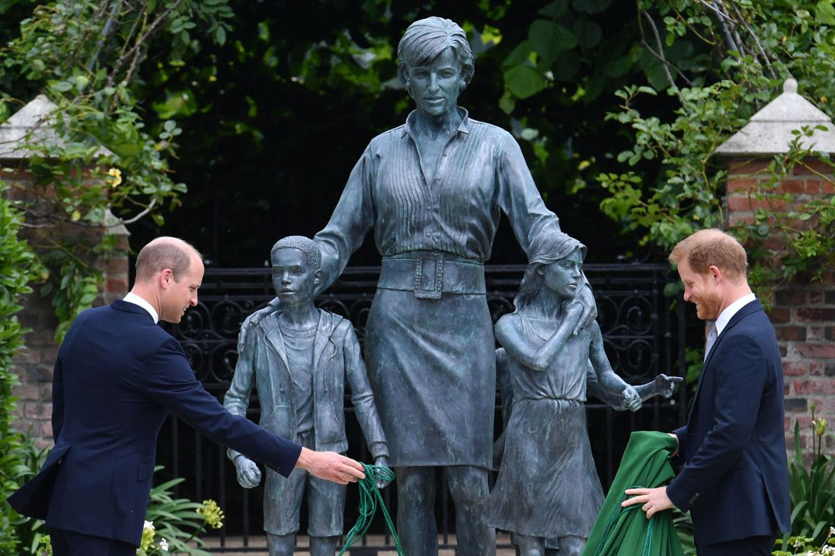 Brødrene prins William og Harry glemte for en stund deres uenigheder, da de i juli i fællesskab afslørede en statue af deres afdøde mor, prinsesse Diana. Statuen blev afsløret på dagen, hvor prinsesse Diana ville have fyldt 60 år. (Arkivfoto)