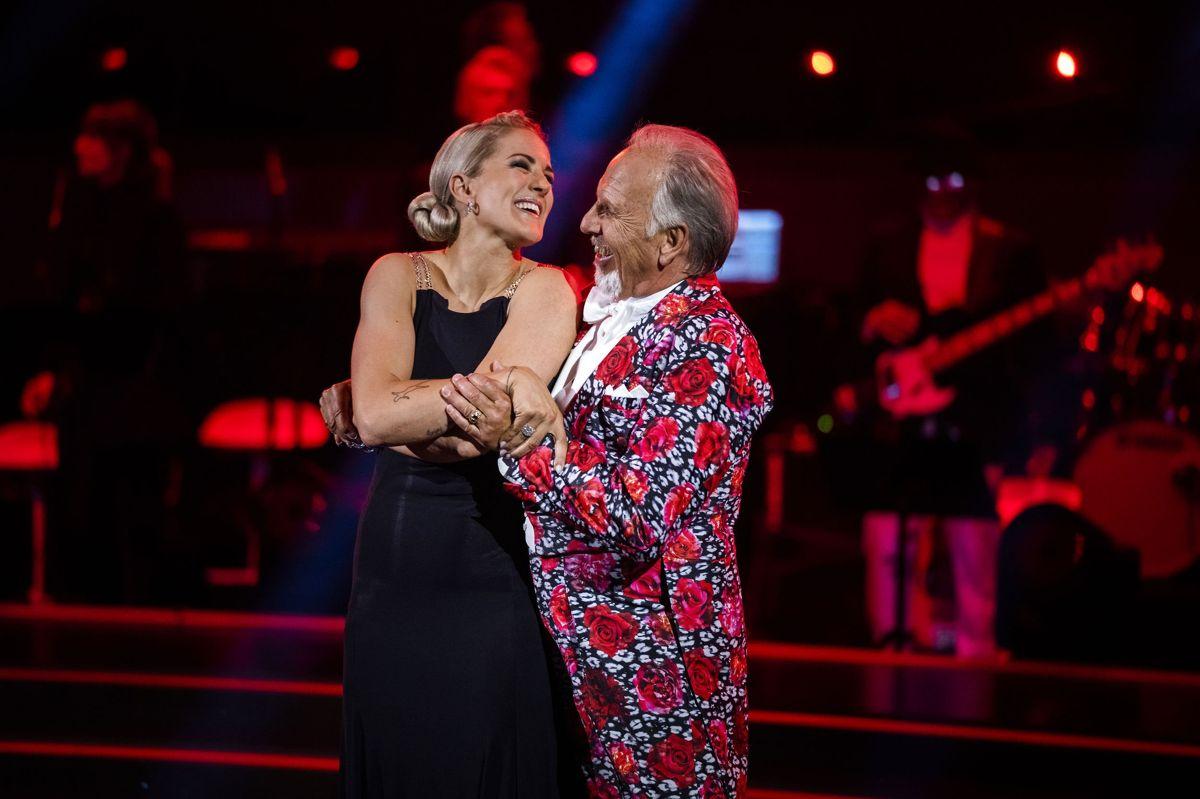 """Det var i en tango at Camilla Dalsgaard og Jacob Haugaard gik på gulvet på premieren af """"Vild med dans"""". Selv om det kun blev til syv point for parret, fik de flere positive kommentarer med på vejen fra dommerpanelet, blandt andet fik Jacob Haugaard ros for sin udstråling."""
