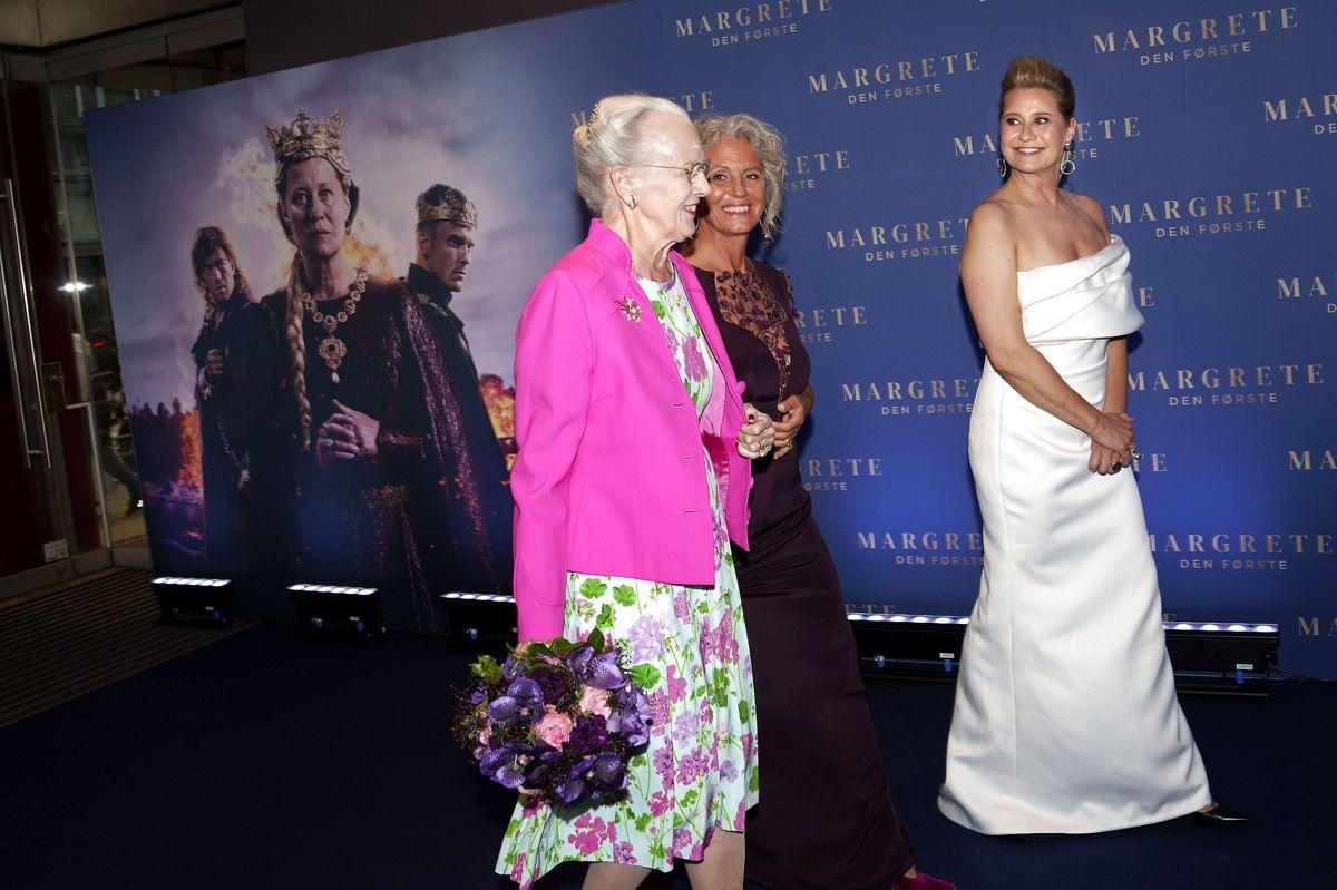 """Til gallapremieren på """"Margrete den Første"""" deltog den nuværende majestæt (tv.). Her ses hun sammen med instruktør Charlotte Sieling (i midten) og hovedrolleindehaver Trine Dyrholm (th .....)."""