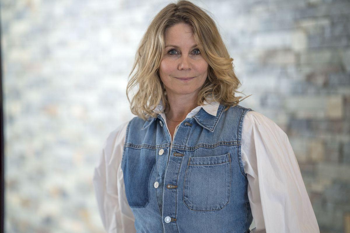 """Anne Louise Hassing blev uddannet fra Statens Teaterskole i 1997 og har medvirket i en række danske spillefilm som Lars von Triers dogmefilm """"Idioterne"""" fra 1998 og Thomas Vinterbergs """"Jagten"""" fra 2012. Derudover har hun medvirket i flere danske tv-succeser som """"Krøniken"""" og """"Badehotellet""""."""