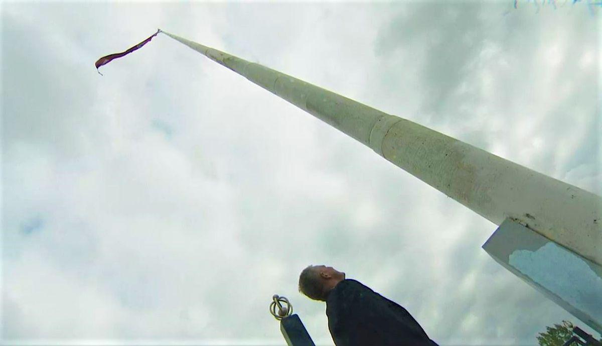 Her ses Brøndbys borgmester foran den 50 meter høje flagstang.