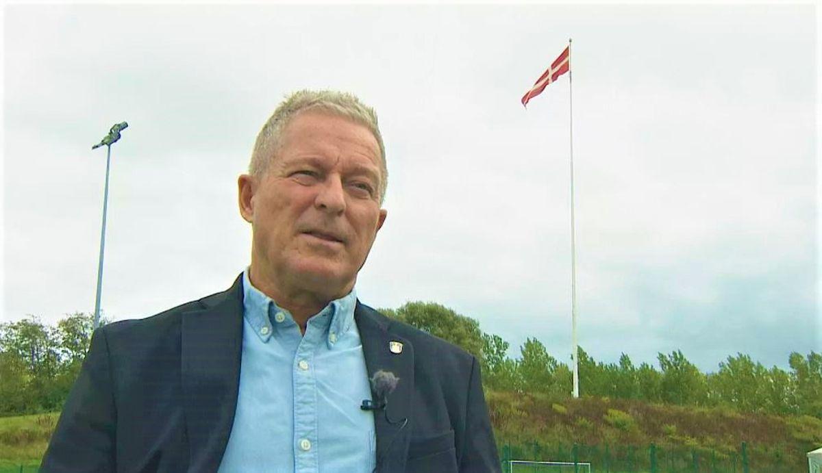 Kent Max Magelund er stolt af kommunens rekordhøje flagstang.