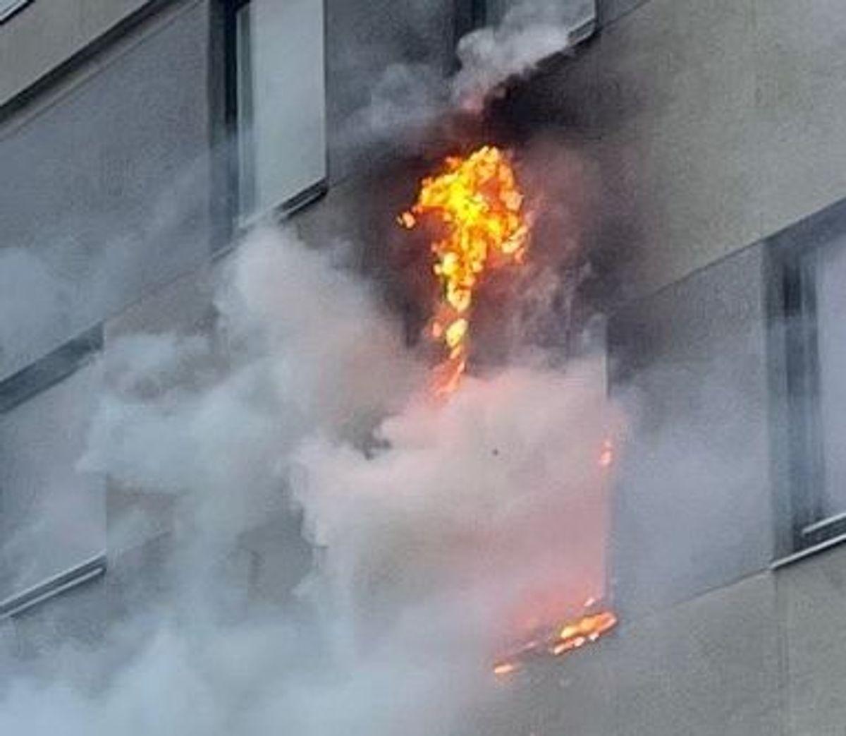 Flammer stod ud af vinduet
