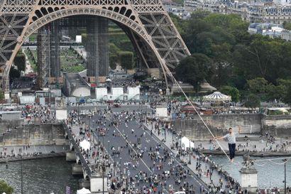 Den 27-årige Nathan Paulin havde en lille sikkerhedsstrop om livet, da han lørdag gik over 670 meter på en udspændt line mellem Eiffeltårnet og Chaillot Teatret.