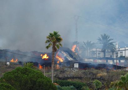 A house burns due to lava following the eruption of a volcano in the Cumbre Vieja national park, in the residential area of Los Campitos at Los Llanos de Aridane, on the Canary Island of La Palma, Spain, September 20, 2021. REUTERS/Borja Suarez
