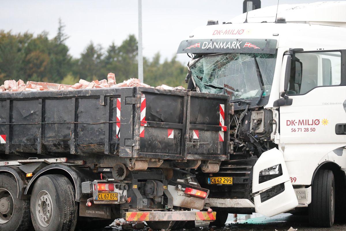 Voldsomt sammenstød på Rute 6 i krydset ved Åmarken.