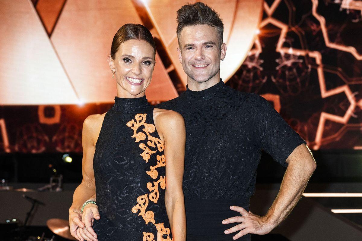 """Lise Rønne har i mange år arbejdet som tv-vært blandt andet på talentprogrammet """"X Factor"""". Silas Holst blev kendt som en af de professionelle dansere i TV 2's seersucces """"Vild med dans"""" og har siden medvirket i en lang række musicals landet over."""