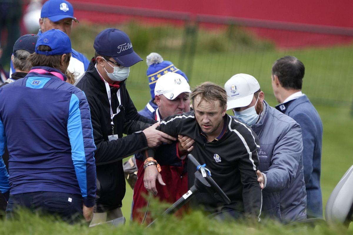Skuespiller Tom Felton bliver hjulpet på benene efter at være kollapset på 18. hul af golfturnering.