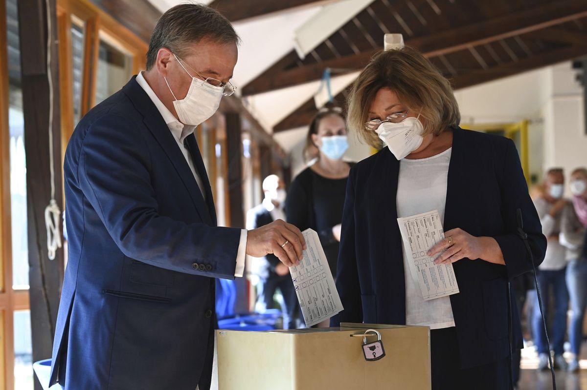 CDU-leder Armin Laschet afgiver sammen med sin hustru søndag sin stemme i hjembyen Aachen.