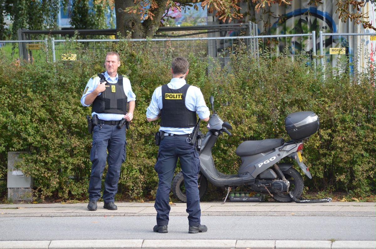 En knallert og en cyklist stødte sammen