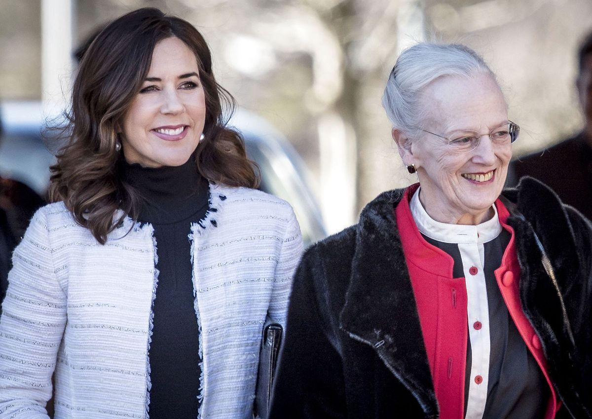 Kronprinsesse Mary var på den officielle gæsteliste, da dronning Margrethe søndag havde inviteret til Hærens Hæderstegnsmiddag på Fredensborg Slot. Det var et arrangement, som også majestætens gravhund Tilla, mente den skulle med til.