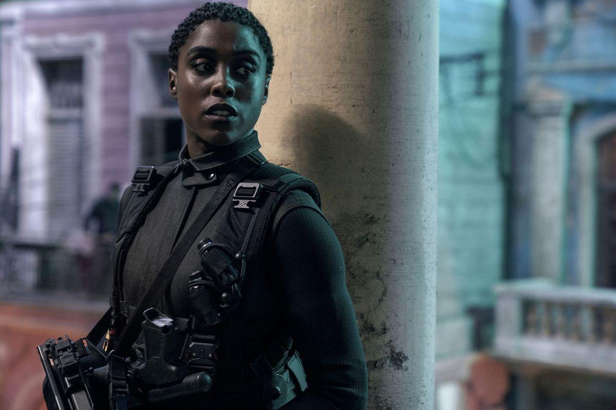 """Lashana Lynch spiller Nomi, som overtager agent 007-titlen i """"No Time to Die"""". Men det har nu ikke været nogen livslang drøm for hende. - Der er meget, jeg forsøger at manifestere i min karriere, men at blive en 00-agent var så ikke lige en af dem. Det er kommet meget bag på mig. Men hvilken vidunderlig overraskelse, siger Lashana Lynch med et grin."""