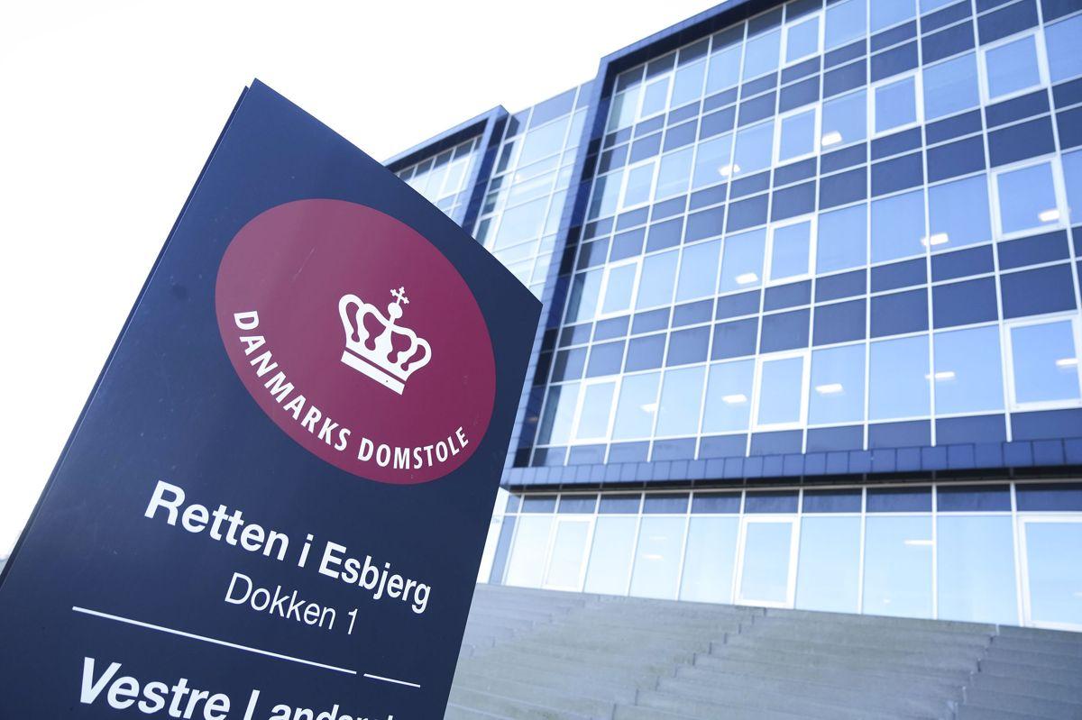 En 33-årig mand står ved Retten i Esbjerg tiltalt for at have voldtaget en kvinde, der var så påvirket af stoffer, at hun ikke kunne modsætte sig hans handlinger. Desuden er han tiltalt for ikke at hjælpe eller tilkalde hjælp til en kvinde, der døde af en overdosis.