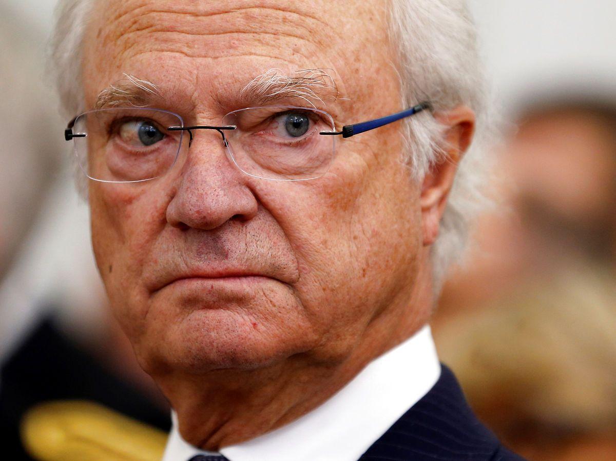 Kongen kommer med slet skjult kritik af den svenske regerings genåbningsplan.