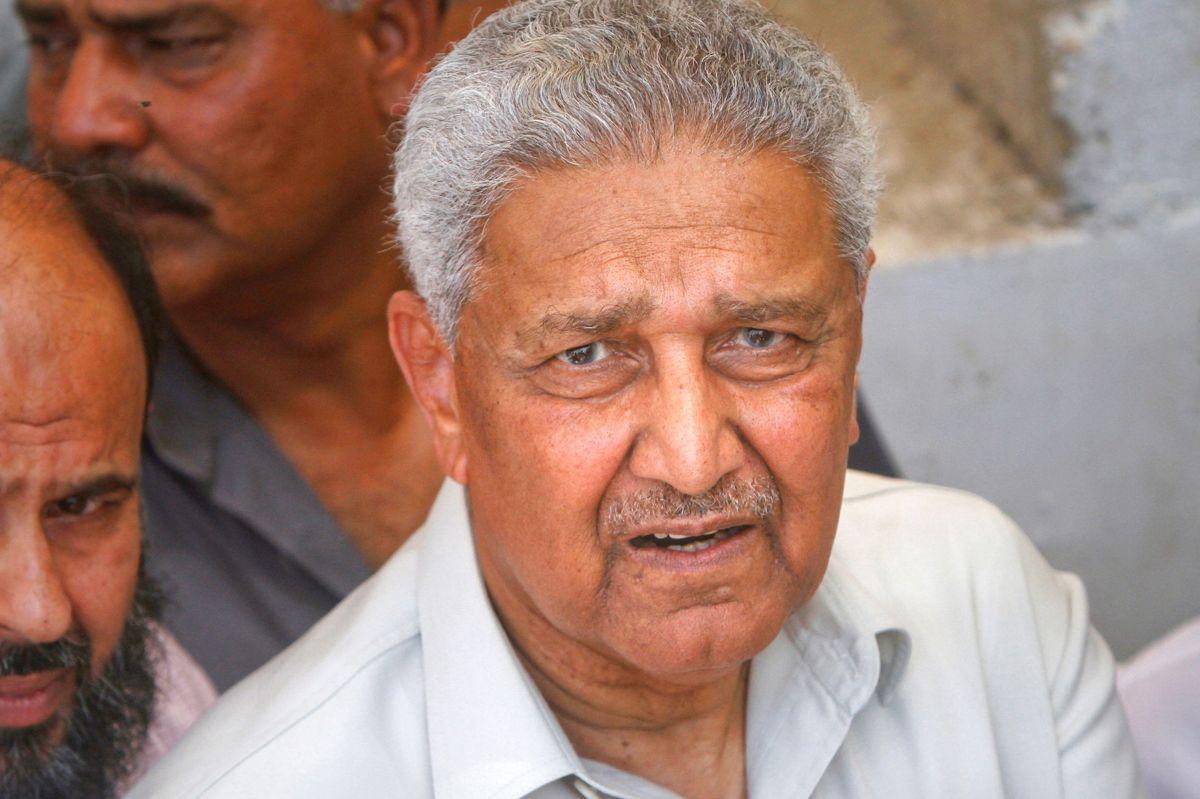 A.Q. Khan, som skaffede Pakistan atomvåben, er død, 85 år. Han blev opfattet som en national helt i sit hjemland, mens han i Vesten blev set som en farlig overløber, der smuglede våbenteknologi til blandt andet Iran og Nordkorea. (Arkiv)