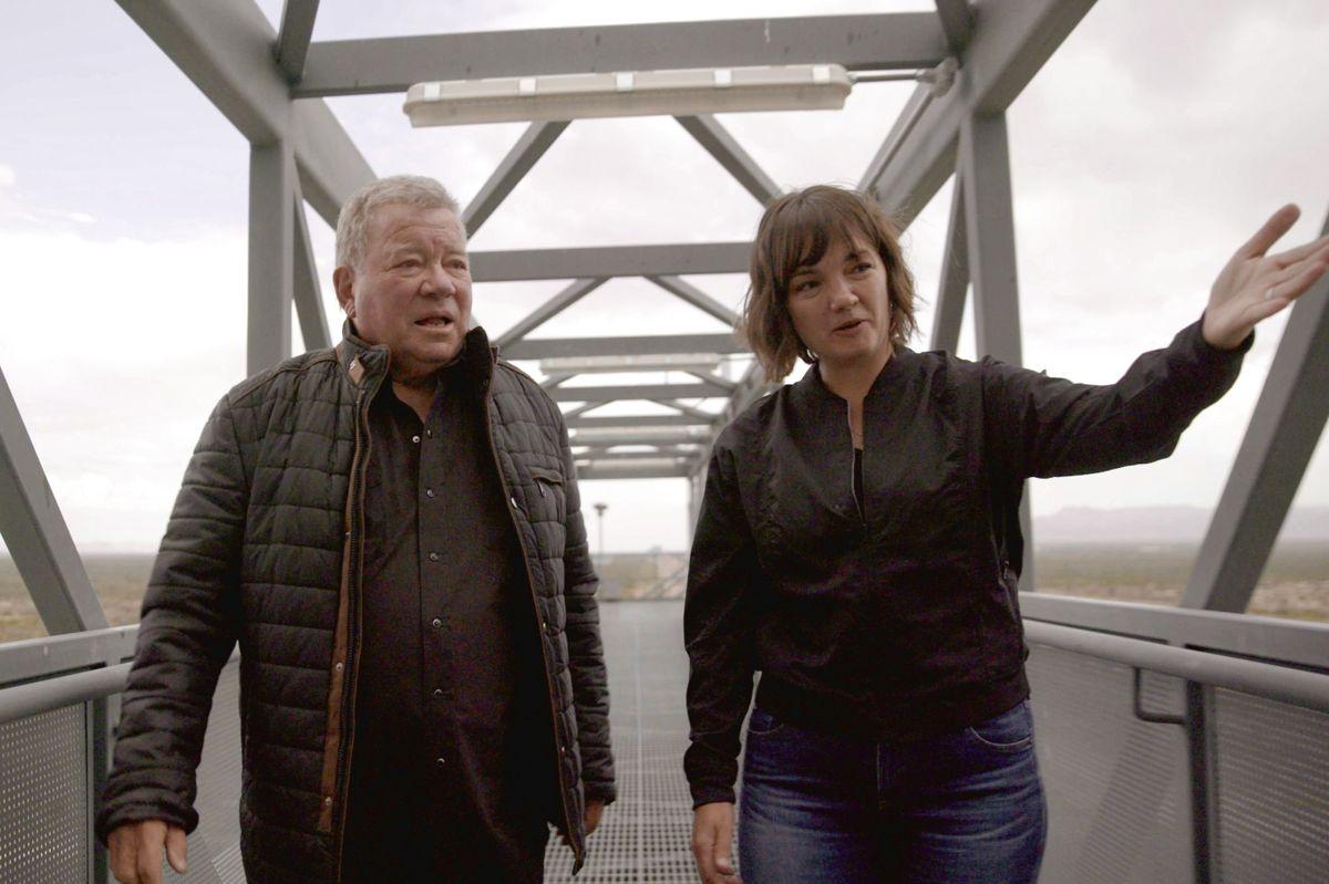 William Shatner (tv) på Blue Origins opsendelsessted i Van Horn i Texas. Han vises rundt af Sarah Knights fra rumfirmaet.