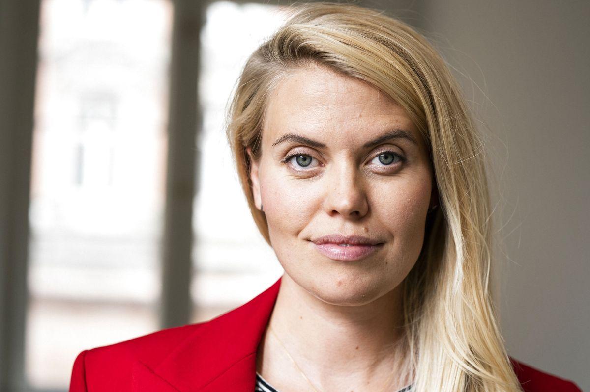 """Skuespiller Anna Stokholm har mange scener over for Lotte Andersen i fjerde sæson af """"Sygeplejeskolen"""", som i øjeblikket løber over skærmen på TV 2 Charlie. - Vi havde en del scener sammen, og derfor skulle vi have en connection, selv om vi jo spiller dødeligt uvenner, siger Anna Stokholm om sin kollega."""