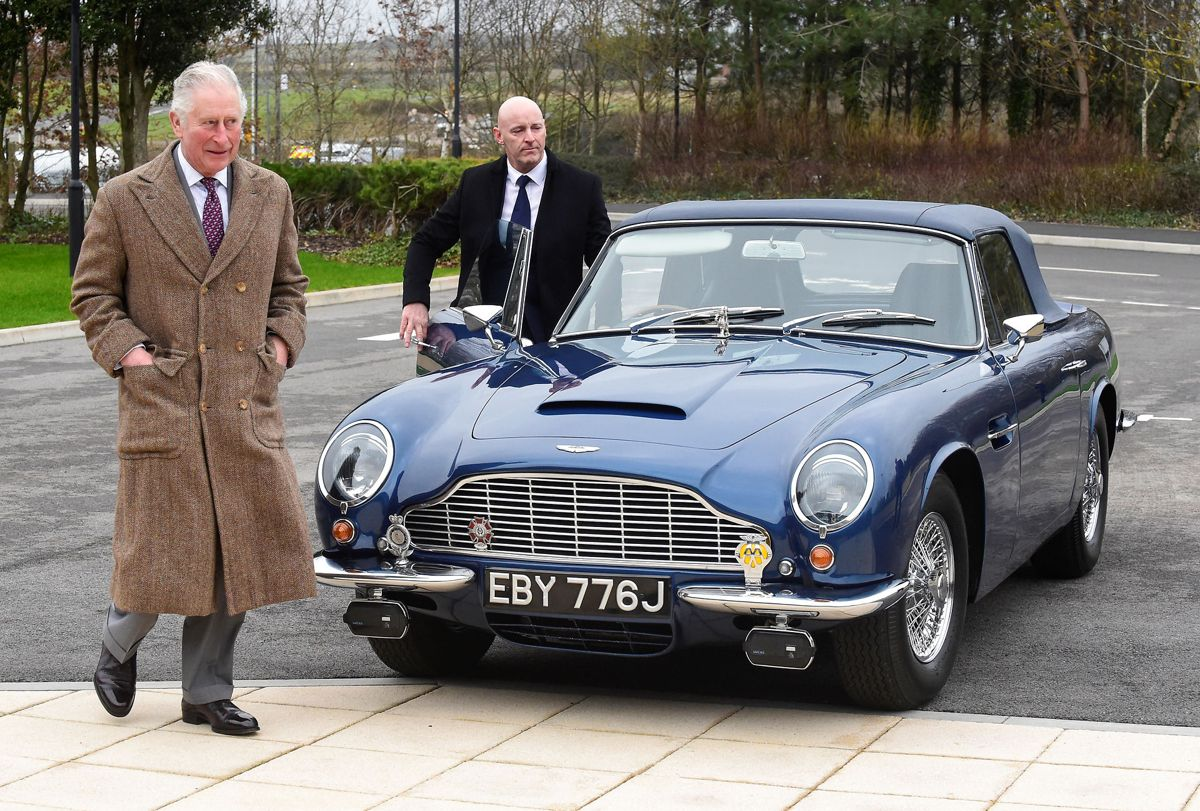 Prins Charles ved sin blå og nu mere klimavenlige Aston Martin, han fik af sin mor, da han fyldte 21 år.