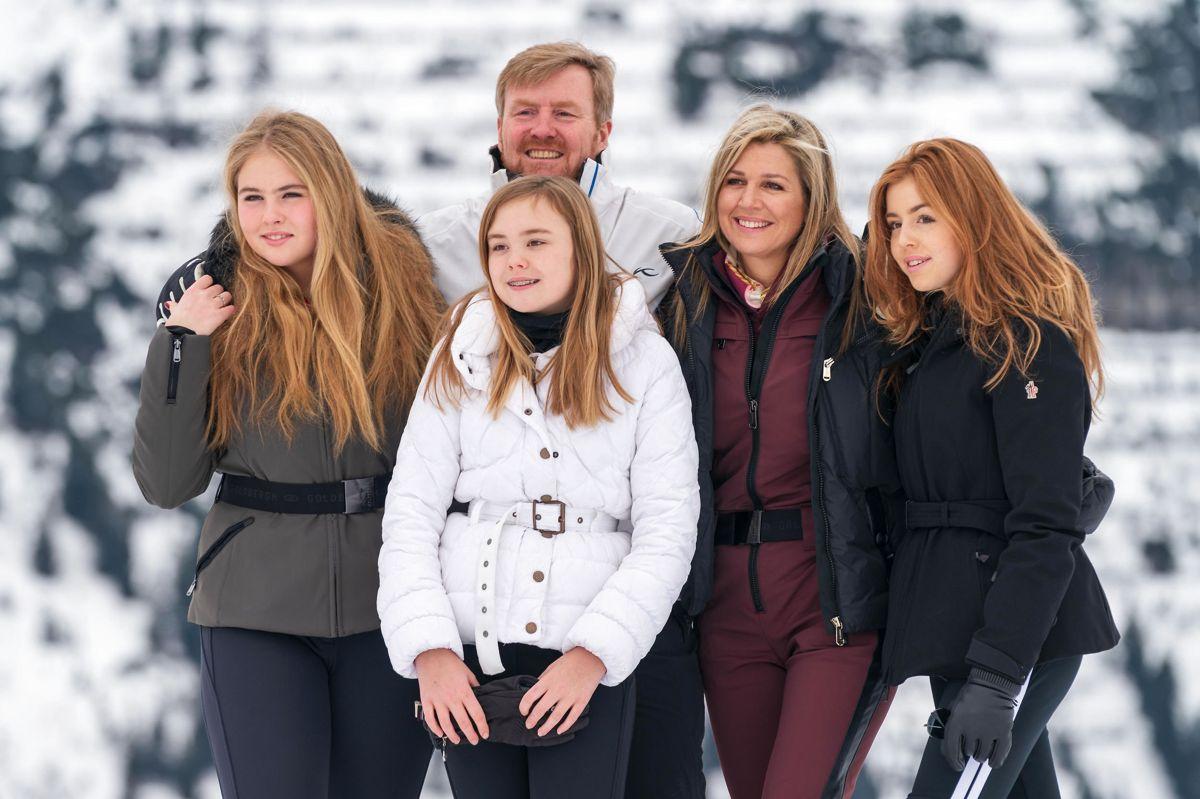 Den hollandske kongefamilie stiller op til foto under en tidligere skiferie i Østrig. Fra venstre er det kronprinsesse Catharina-Amalia, kong Willem-Alexander, prinsesse Ariane, dronning Maxima og prinsesse Alexia. (Arkivfoto)