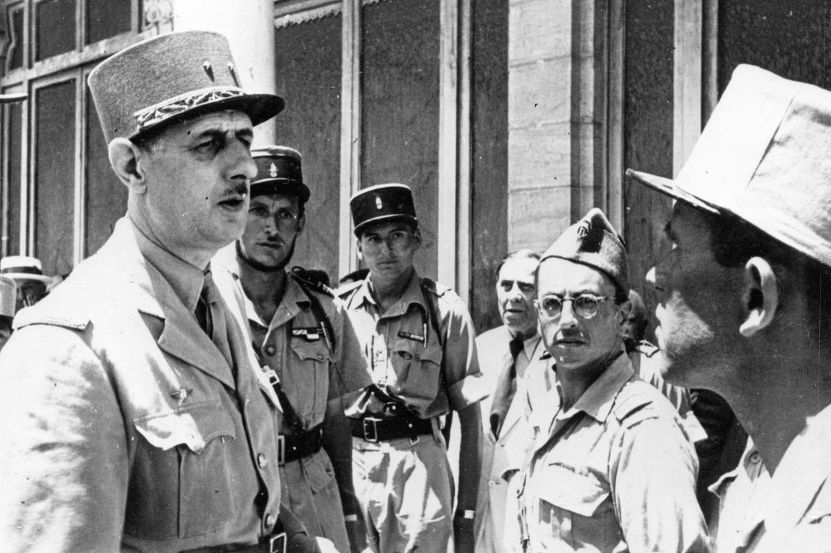Hubert Germain (bagerst i midten) ses sammen med den daværende leder af de frie franske styrker, Charles de Gaulle, under Anden Verdenskrig i Tunesien i 1943. (Arkivfoto)