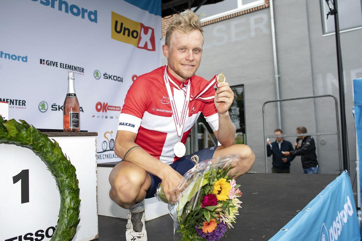Mads Würtz Schmidt ses her på sejrspodiet, efter han vandt herrernes DM i linjeløb, der blev kørt i Give søndag den 20. juni.