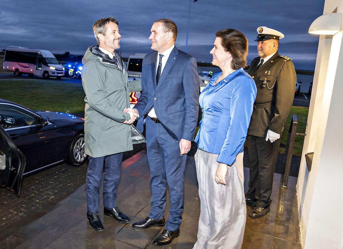 Kronprinsen hilser på Islands præsident Guðni Thorlacius Jóhannesson.