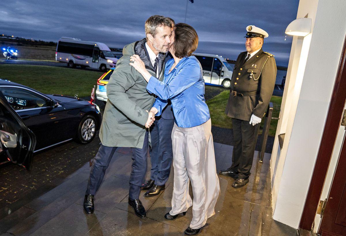 Kronprinsen og udenrigsminister Jeppe Kofod ankommer til præsidentboligen Bessastadir i Reykjavik.