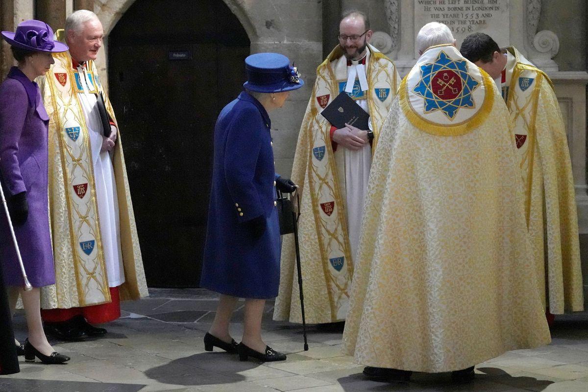 Dronningen besøgte Westminster Abbey den 12. oktober. Med sig havde hun en stok.