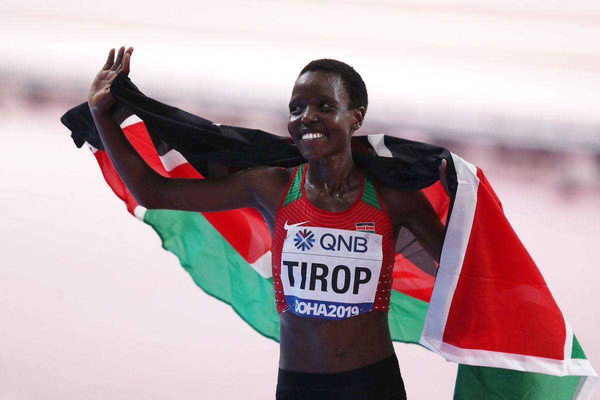 Agnes Tirop vandt blandt andet to gange VM-bronze i 10.000 meter løb. Her fejrer hun tredjepladsen ved VM i Doha i 2019.