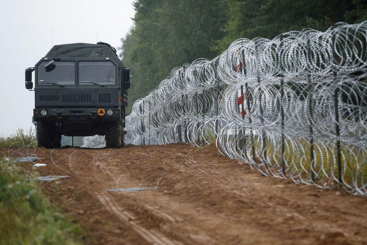 I forvejen har Polen sat kilometervis af pigtrådshegn op for at forhindre asylansøgere i at komme over grænsen fra Hviderusland. Nu vil den polske regering også bygge en mur. (Arkivfoto).