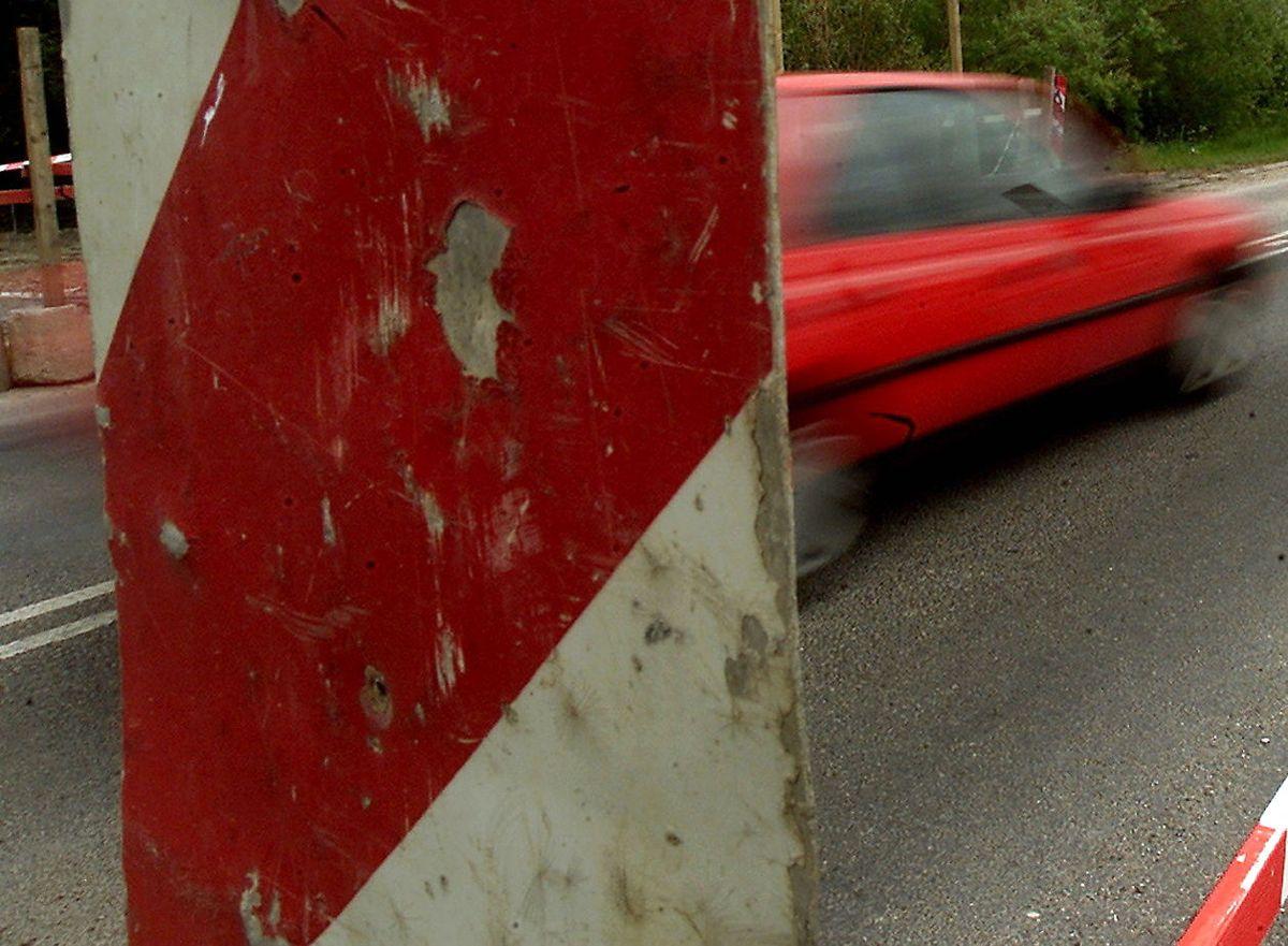 En kontrovers mellem en bilist og en vejarbejder har ført til flere sigtelser.