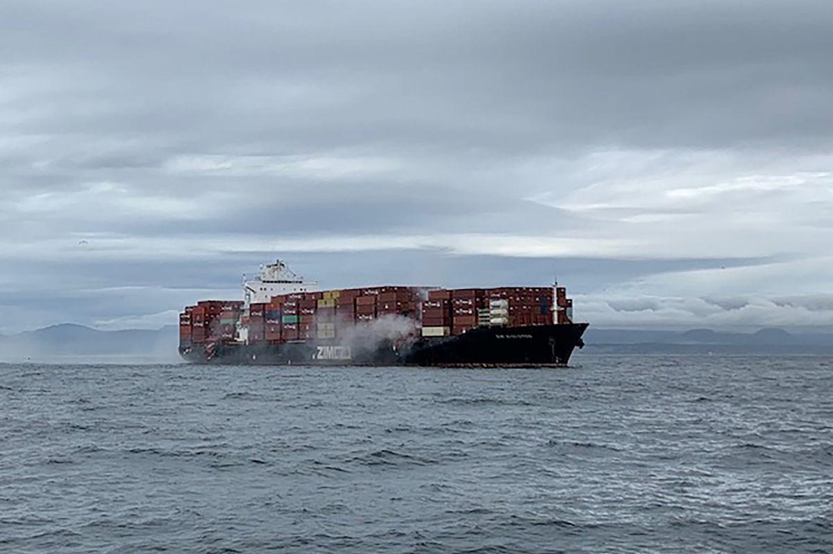 Fem ombord på brændende skib
