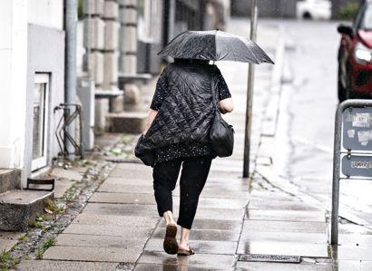 Det er en god idé at udstyre sig med regntøj og paraply tirsdag morgen i en del af landet